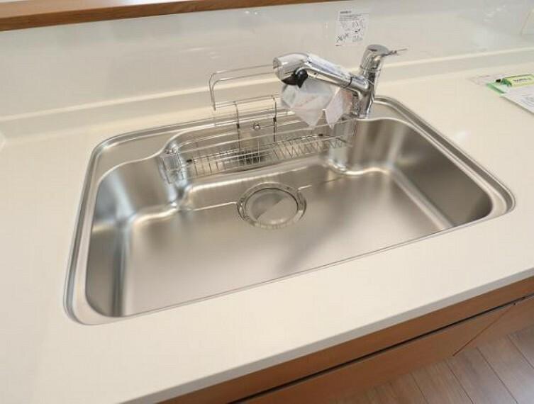 \同仕様写真/蛇口の先端に浄水器を内蔵。場所をとらない浄水器なので、シンク回りを広々お使いいただけますね!
