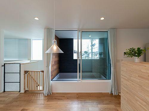 参考プラン完成予想図 【施工事例】 ダイニングに付属するバルコニーは壁で囲み、室内のような空間を与えた。子供の手が届く位置なので、ブラインドではなくリネンのカーテンに
