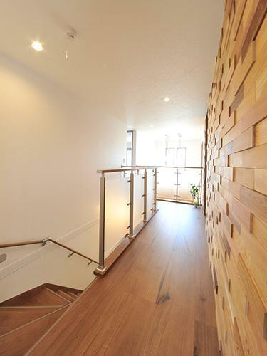 参考プラン完成予想図 【施工事例】 立体感のある木調のアクセントウォールでお洒落に演出。数多くの壁紙からお気に入りをお選びいただけます。ファミリークローゼットは家族みんなで共有できる大切な空間。