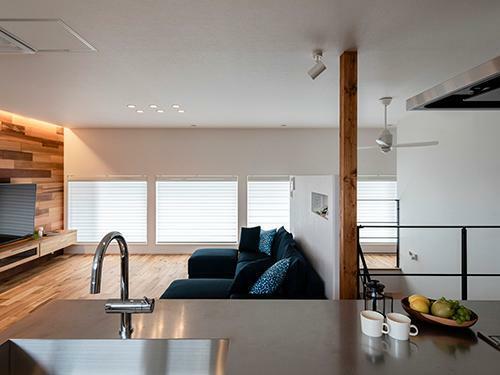 参考プラン完成予想図 【施行事例】 キッチンからはリビングえお見渡せる。右側にある階段室との仕切り壁は高さを抑え、リビングと空間を共有。LDKを2階にしてプライバシーを守る。