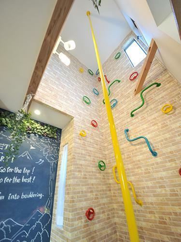 参考プラン完成予想図 当社施工例】 吹き抜けのボルダリングスペースは遊び心満載の空間。壁の一部はお絵かきができる黒板クロスを採用し、ご家族共有のスケジュールなど色々な楽しみ方ができる一邸。