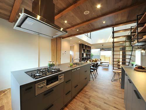 参考プラン完成予想図 【当社施工例】  ダイニングキッチンとアイランドキッチンをひと繋ぎにしたキッチンレイアウト。多目的に使える場として、ご家族が自然に集まります。