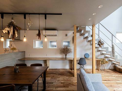 参考プラン完成予想図 【施工事例】  モルタル塗りのキッチンやグレートーンの天井など、シンプルな色味でまとめたLDK。多目的に使えるカウンターは床と同じアカシア材。