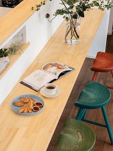 参考プラン完成予想図 【施行事例】  ダイニングテーブルを置かなくてすむよう、食卓としてキッチンにカウンターを設置。その分、リビングを広く使えるのがメリット。