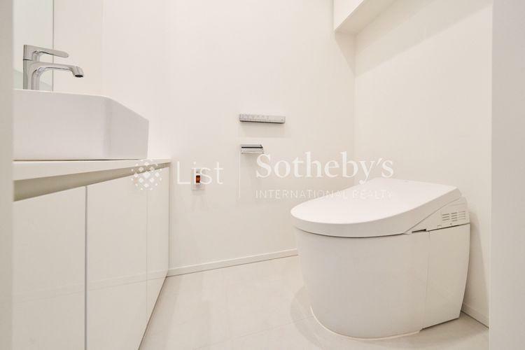 トイレ Rest Room  トイレには、コンパクトな手洗いカウンターを設けています。スマートなデザインのタンクレストイレは、すっきりとしたデザインで、見た目にも広さとゆとりを感じることができます。