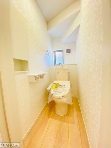 トイレ 1・2階ウォシュレットトイレ完備。壁面収納付でストックも置けて便利。