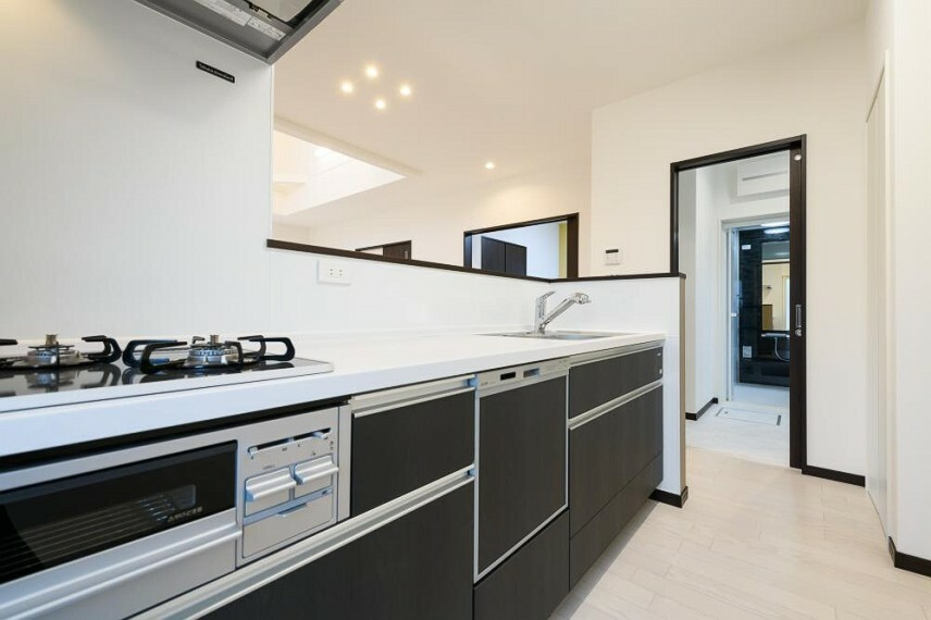 キッチン 【5号地 水回り動線】洗面室・浴室からキッチンまでの動線をぐっと短くすることで、毎日の家事をスムーズに行えます。洗濯やお弁当作りで忙しい朝も安心です。