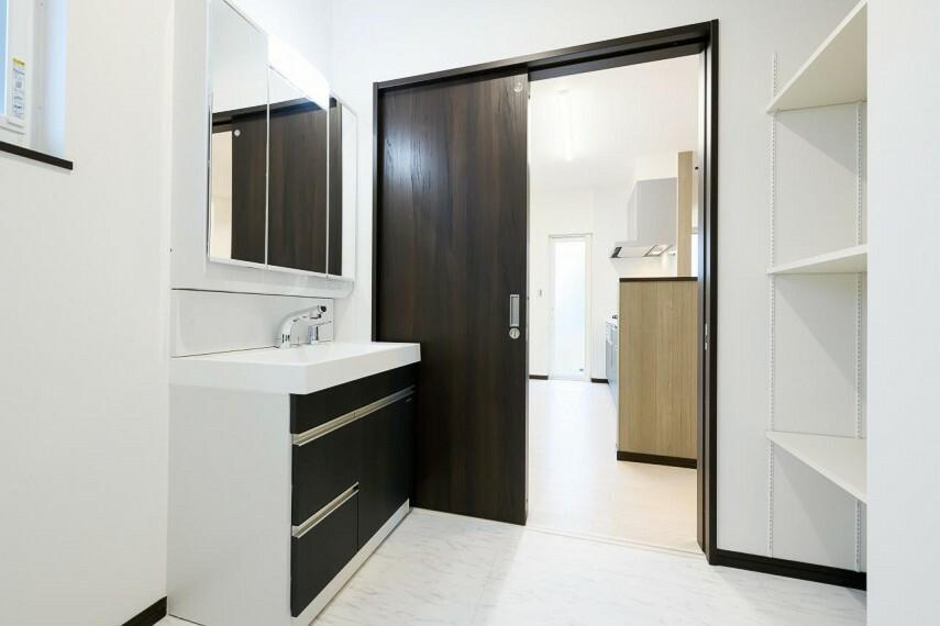 洗面化粧台 【5号地 洗面室】洗面室に設けた可動棚は、洗剤のストックやタオルを収納しておくのに重宝します。家族みんなの下着やパジャマを収納しておくと入浴の時に便利です。
