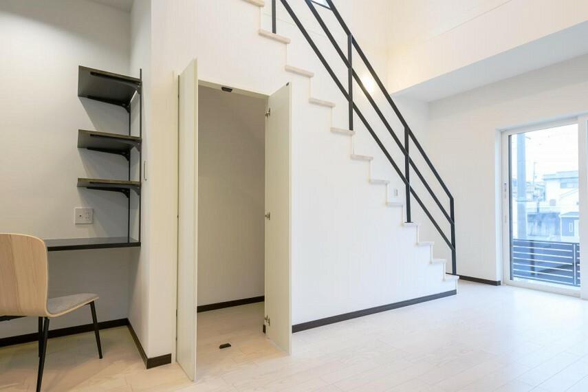 リビングダイニング 【5号地 LDKの収納スペース】LDK階段下にも収納スペースをご用意しました。掃除機や日用品など毎日使うものを仕舞ってスッキリ片付くおウチになります。