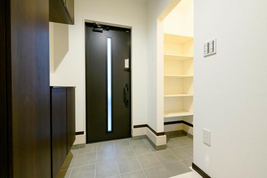 玄関 【5号地 玄関】玄関収納プラスシューズインクロークを設置しました。 アウトドア用品やベビーカー、ガーデニングの道具などを収納しておくのにも便利です。
