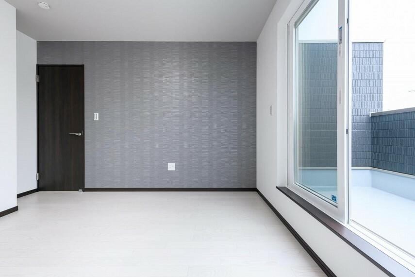 バルコニー 【5号地 バルコニー】主寝室から出入り出来るバルコニーは南向きなのでお洗濯を干すのに最適です。