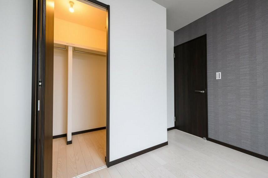 寝室 【5号地 主寝室】ウォークインクロゼットがあれば、衣類を季節ごとに分けて整理、収納ができます。衣替えの作業がスムーズです。