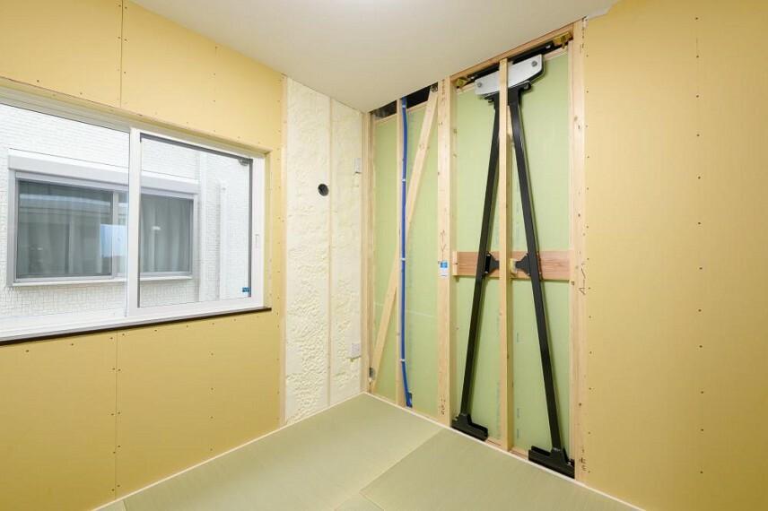和室 【5号地 和室】一部オープンにして、建物の構造をご覧いただける部屋を設けました。こちらには、日本中央住販で標準仕様の断熱材「吹付硬質ウレタンフォーム」および制震ユニット「MIRAIE(ミライエ)」を展示しています。