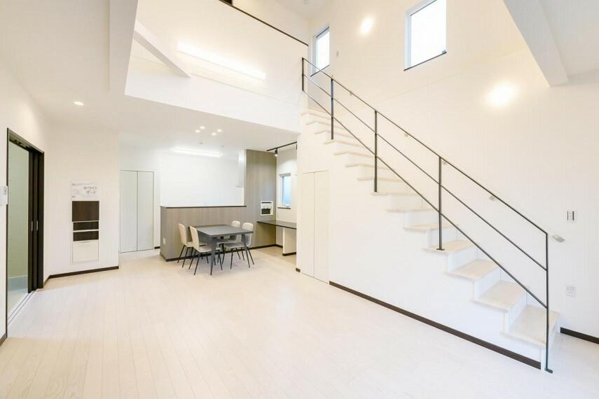 同仕様写真(外観) 【5号地 リビング】リビング階段と吹き抜けを組み合わせることで、より開放的でおしゃれな空間を演出できます。2階へ上がるのにリビングを通ることで自然と家族間のコミュニケーションが増えます。