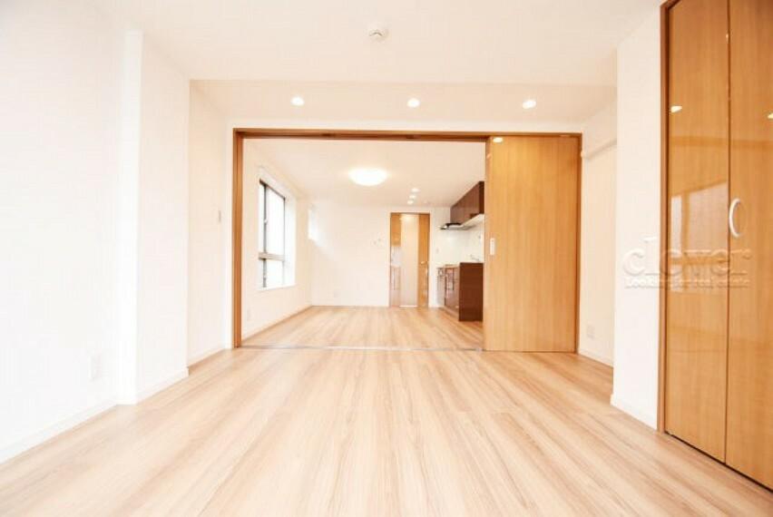 洋室 洋室からリビングダイニングキッチン 陽当り通風良好な角部屋です