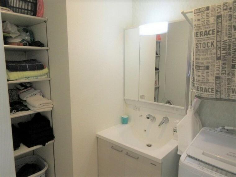 洗面化粧台 機能性とデザイン性を兼ね備えたシャンプードレッサー リネン類の収納に便利な棚もあります