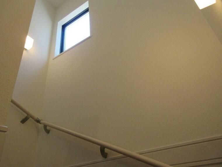 階段には自然の光が入る窓があり、開放感を演出