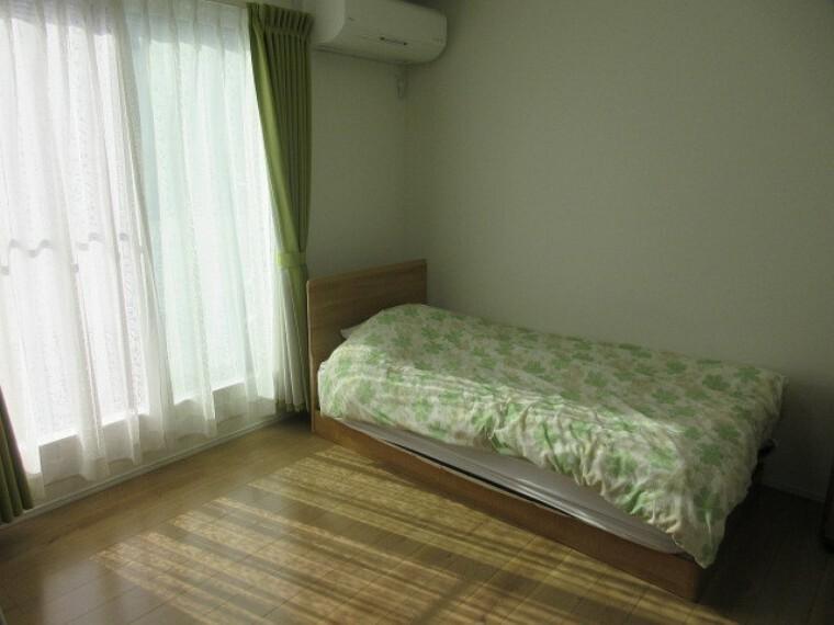 洋室 7.5帖洋室 南向きの明るい主寝室