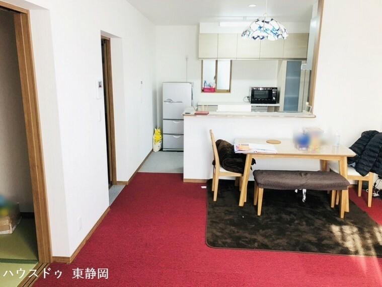 居間・リビング 16帖のLDK。カウンターキッチンのためリビングの様子が伺えます。3帖の畳コーナーへと出入りが可能。