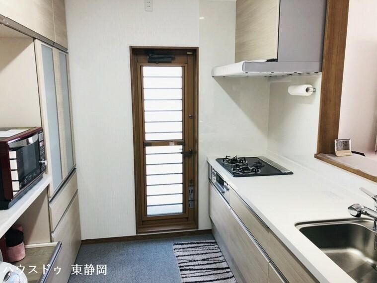 キッチン 勝手口のあるキッチンです。3口コンロを使用したシステムキッチンは、作業台も広く、調理の際に便利です。