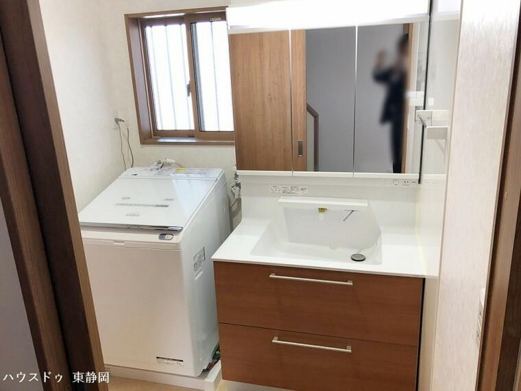 洗面化粧台 シャワーヘッドタイプの洗面台です。三面鏡の中は収納になっているため、小物が収納できて洗面台はいつもスッキリ。