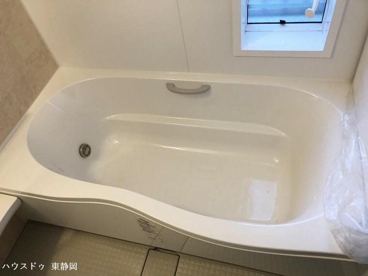 浴室 浴槽には家族みんなが安心して使える手すり付き!