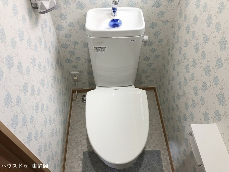 トイレ 窓有りのトイレです。一階と二階の二か所あり。