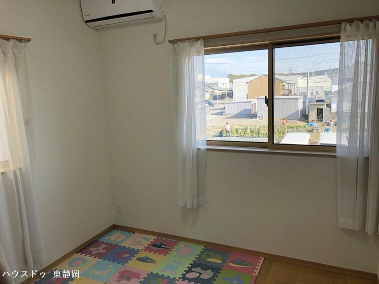 洋室 間取図二階上側の5帖洋室。二面採光のお部屋で、採光も通風も良好