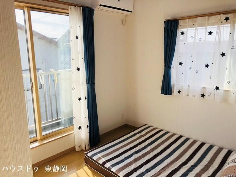 洋室 二階間取り図下側の5帖居室。バルコニーへ出ることができるので、布団を干すのも楽々。