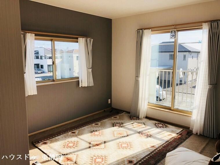 洋室 8.5帖居室。アクセントクロスの映えるお部屋です。全室収納有り!