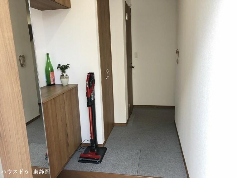 玄関 玄関を上がってすぐに収納があるため、雨具などの収納に便利です。