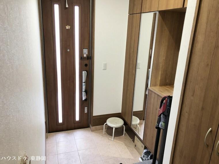 玄関 お出かけ前に便利な全身鏡のある玄関。