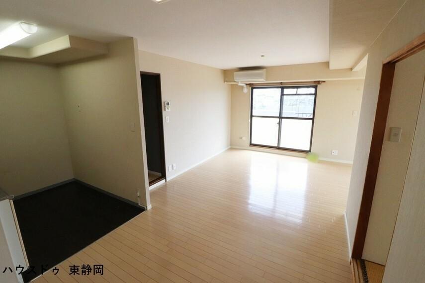 居間・リビング ダイニングとリビングのスペース分けのしやすい間取りになっています。空間を分けながらも開放感のある印象。