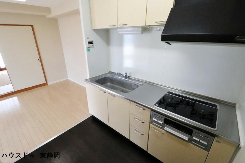キッチン 上にも下にも収納たっぷりなシステムキッチン!収納が多いと調味料や料理器具などを揃える楽しみも広がります。