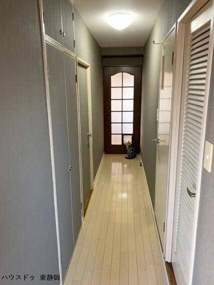 廊下のドアはすりガラスになっているため、リビングからの光を取り込むことができます。
