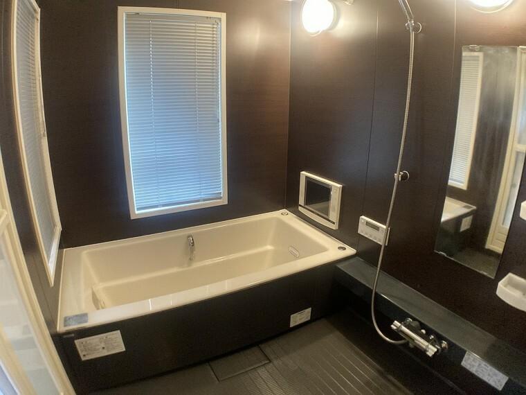 浴室 ・一日の疲れをいやす一坪タイプの浴室!足を伸ばしてゆったりと   お湯につかれます