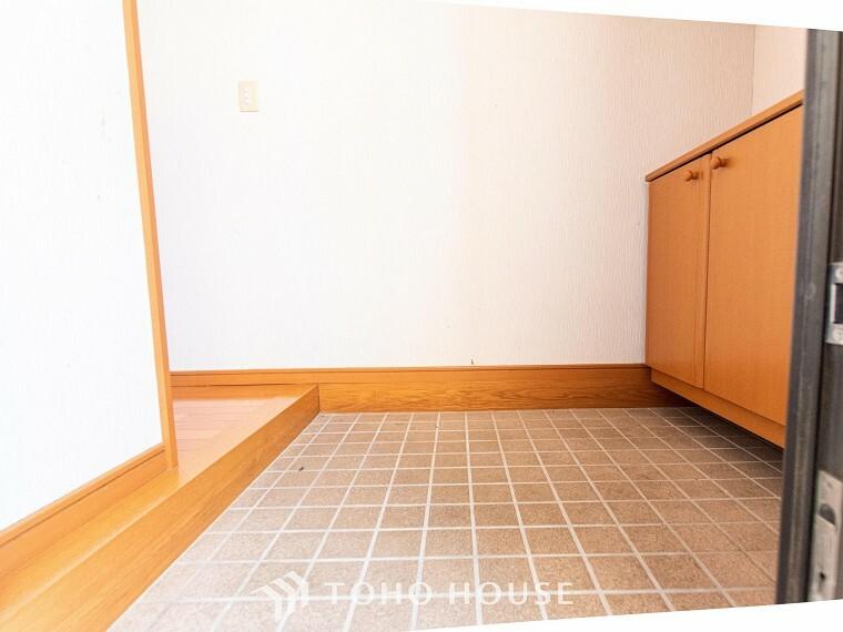 玄関 清潔感溢れる玄関がお出迎えする本邸宅の物語は、ここから始まる日常を期待させます。