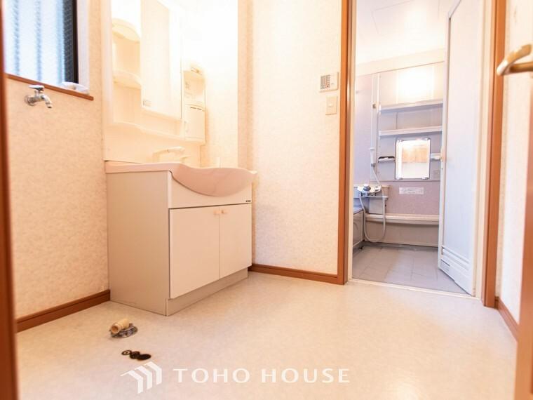 脱衣場 清潔感のあるカラーで統一されたプライベート空間は、身だしなみチェックや肌のお手入れに最適です。
