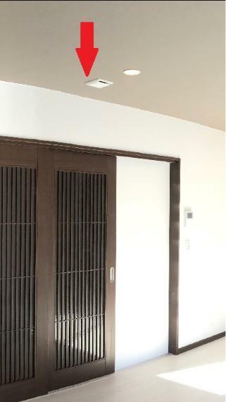 冷暖房・空調設備 【第1種換気システム】 天井裏に設置した熱交換気ユニットやダクトで換気を行うシステム(パナソニック製)。各部屋の天井に吹出しがついています。