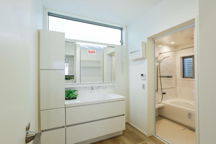 洗面化粧台 白を基調とした爽やかな洗面室。大容量の収納を備えています。(2号棟)