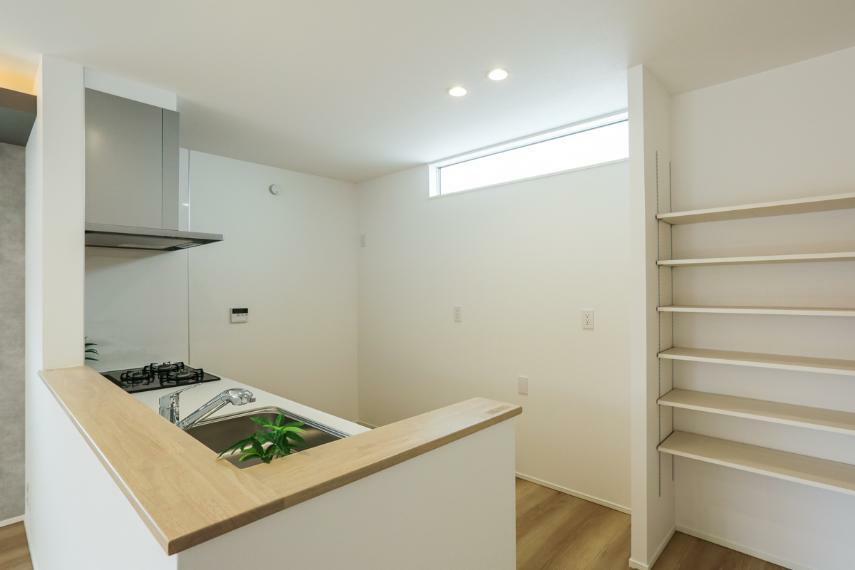 キッチン 人気のカウンターキッチン。食品や調味料などを保管できるパントリーを設けました。(2号棟)