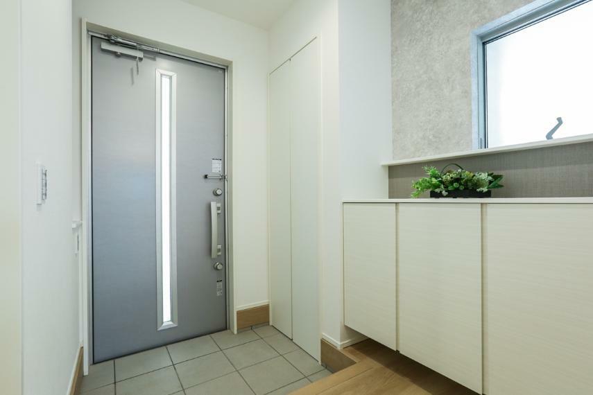 玄関 家族やお客様を気持ちよく迎える、明るい玄関。(2号棟)