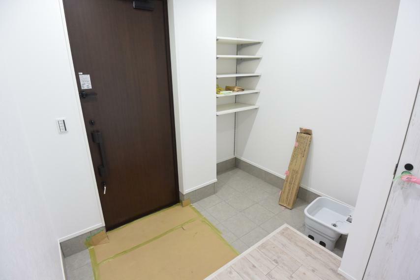 現況写真 リビング20帖+カースペース3台のゆとりある邸宅が完成予定です