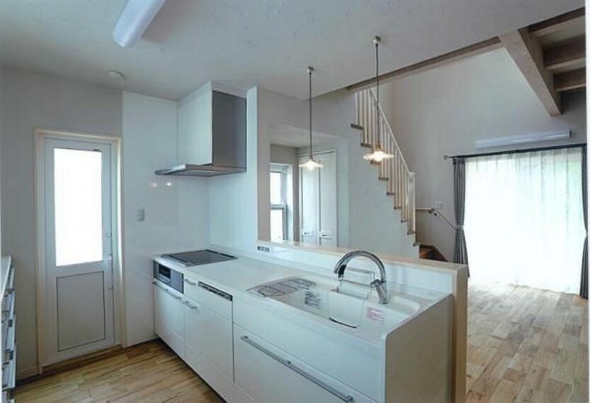 キッチン 調理動線を考慮したシステムキッチンは快適にお料理ができます。