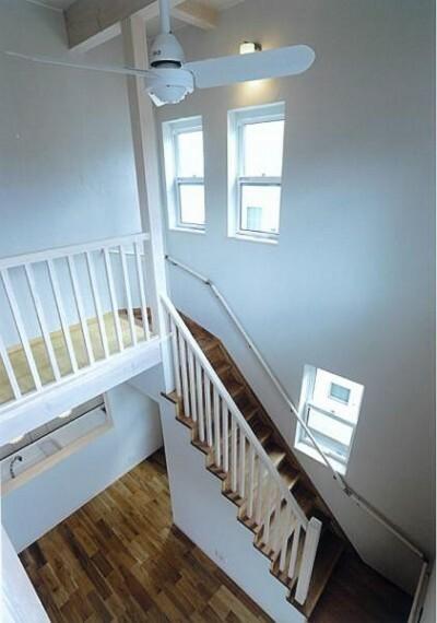 階段は手摺が付いた使う人みんなに優しい安全設計。