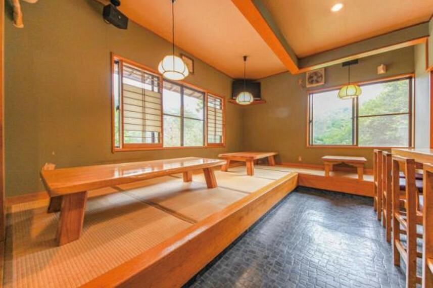 和室 小上がりスペースは雰囲気にあった木のテーブルがあります。