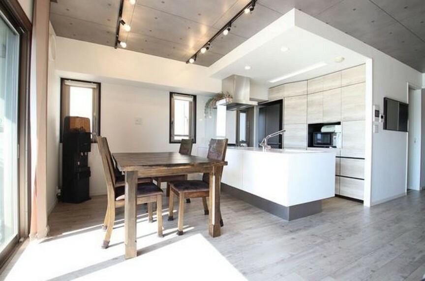 ダイニング 対面式キッチンでお料理も楽しくできますね^^壁一面の扉式収納で統一感があり生活感も隠せます^^配膳や片付けもダイニングテーブルが近くにあると動線が良く、家事の負担が軽くなります。