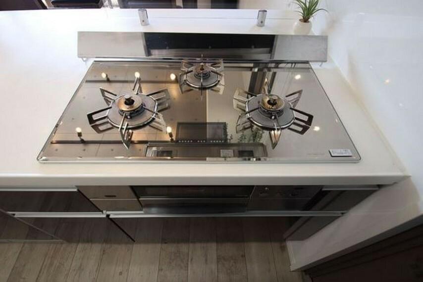 キッチン 3種類の料理が同時に調理できる、3口ガスコンロ。忙しい夕食の支度時間が短縮できて嬉しいですね。シルバーミラートップのコンロでオシャレです^^