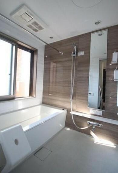 浴室 1日の疲れを癒すくつろぎのバスルーム。足を伸ばしてもゆったりと入れるサイズです。大きな窓が付いているので換気もばっちりです。