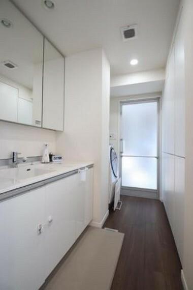 洗面化粧台 大きな3面鏡の洗面化粧台で身支度も捗ります。シャワー機能付きの水栓と大容量の収納スペースなどを備えた多機能型。